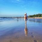 赤足走在沙滩上