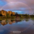 雨霁明媚现彩虹,水面倒映成椭圆