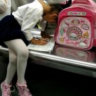 地铁上写作业...